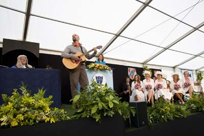 Jeff singing at the Great Dunmow Flitch Trials, 2008